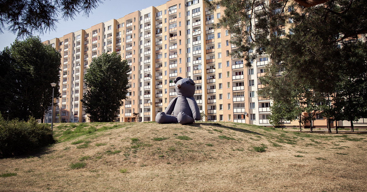 Iza Rutkowska: Traveling the World With a Giant Teddy Bear